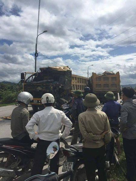 Quang Ninh: 2 xe tai doi dau, 1 nguoi tu vong - Anh 3