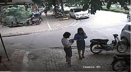 Vu Pho Chu tich quan Thanh Xuan dau xe an bun: Long duong cua ai? - Anh 2