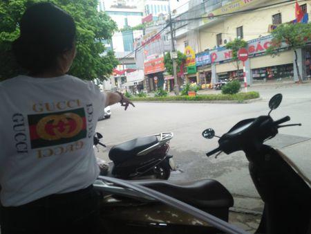 Vu Pho Chu tich quan Thanh Xuan dau xe an bun: Long duong cua ai? - Anh 4