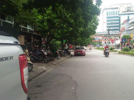 Vu Pho Chu tich quan Thanh Xuan dau xe an bun: Long duong cua ai? - Anh 6