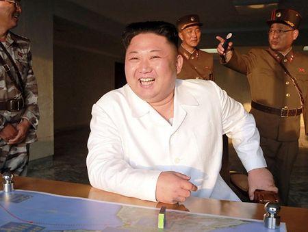 Thu ten lua thanh cong, ong Kim Jong-un thuong gi cho cap duoi? - Anh 1