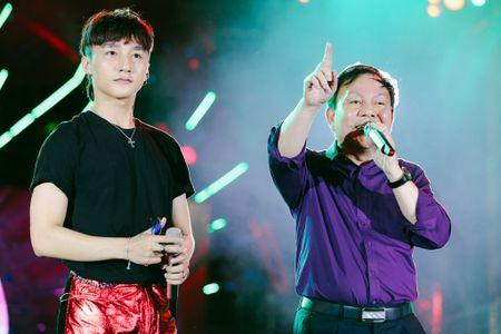 Son Tung va Pho Tong Giam doc Viettel lan dau song ca tren san khau - Anh 2