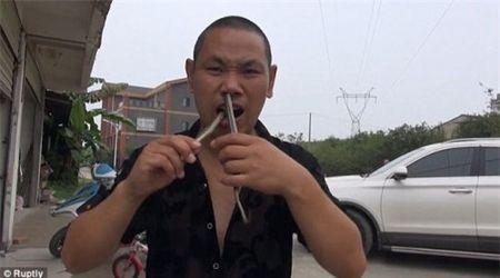 'Di nhan' lieu mang nhet ran doc tu mui xuong mieng - Anh 1