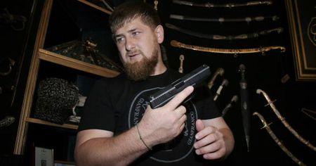 Nguoi dung dau Chechnya ran de My bang ten lua hat nhan - Anh 2