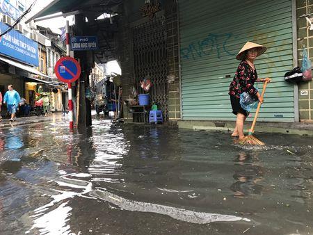 Khach Tay la lam xem pho co Ha Noi thanh 'bien nuoc' sau bao - Anh 10