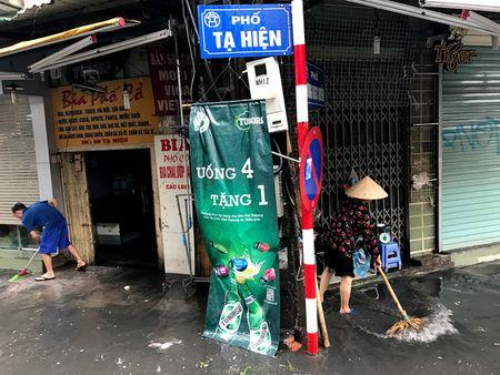 Khach Tay la lam xem pho co Ha Noi thanh 'bien nuoc' sau bao - Anh 11