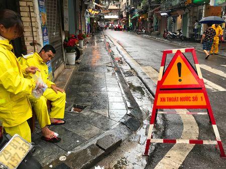 Khach Tay la lam xem pho co Ha Noi thanh 'bien nuoc' sau bao - Anh 14