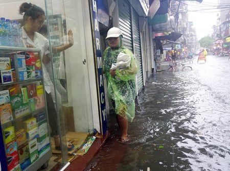Khach Tay la lam xem pho co Ha Noi thanh 'bien nuoc' sau bao - Anh 1