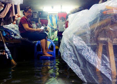 Khach Tay la lam xem pho co Ha Noi thanh 'bien nuoc' sau bao - Anh 2