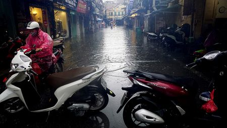 Khach Tay la lam xem pho co Ha Noi thanh 'bien nuoc' sau bao - Anh 4