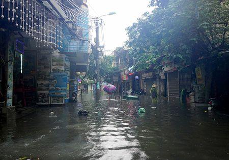 Khach Tay la lam xem pho co Ha Noi thanh 'bien nuoc' sau bao - Anh 7