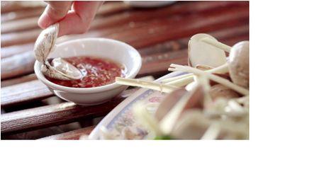 Giai ma MV cua Noo Phuoc Thinh, Lou Hoang dang nuc long nguoi Viet - Anh 2