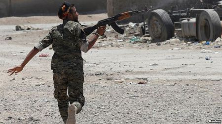 Giao tranh ac liet, thuong dan Syria lu luot roi Raqqa - Anh 11