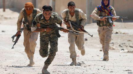 Giao tranh ac liet, thuong dan Syria lu luot roi Raqqa - Anh 9
