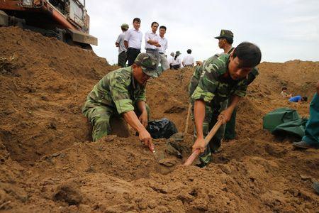 Binh Duong: Phat hien va khai quat hang chuc hai cot liet si - Anh 3