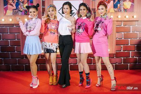 Dong Nhi tat bat cham 'ga cung' Lip B ra MV truoc khi chay show 'met nghi' - Anh 1