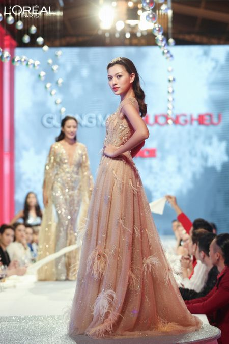 Can canh top 8 The Face dep ngat ngay trong thu thach catwalk tren ban tiec - Anh 5