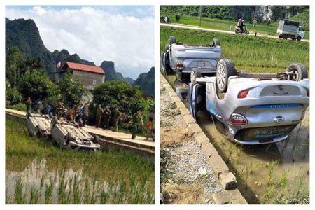 Thong tin moi nhat vu 2 xe oto bi lat ngua nam duoi ruong o Lang Son - Anh 1