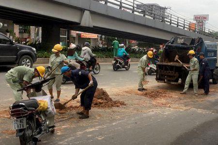 Xe tai thai hang tan bun dat tren duong Sai Gon - Anh 2
