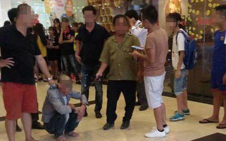 Loi khai cua doi tuong dam o be gai o trung tam thuong mai o Long Bien - Anh 1
