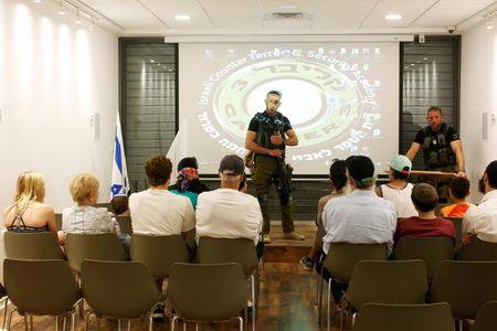 Dot nhap trai huan luyen du khach 'chong khung bo' o Israel - Anh 11