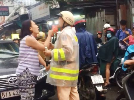 Moi nguoi phu nu vi pham giao thong con tan cong CSGT len lam viec - Anh 1