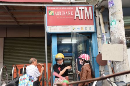 Tien trong the ATM khong canh ma bay, nguoi dung hoang hot - Anh 1