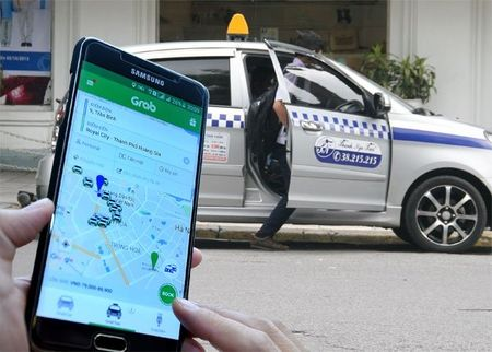 Taxi truyen thong keu ca, Bo Tai chinh len tieng ve thue Uber, Grab - Anh 1
