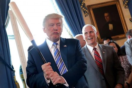 Tong thong My Trump gioi thieu san pham 'Made in America' - Anh 2