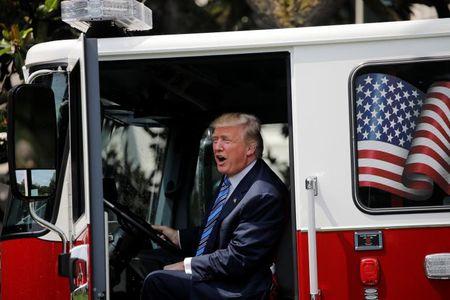 Tong thong My Trump gioi thieu san pham 'Made in America' - Anh 3