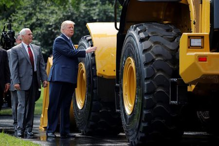 Tong thong My Trump gioi thieu san pham 'Made in America' - Anh 4
