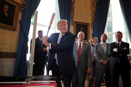 Tong thong My Trump gioi thieu san pham 'Made in America' - Anh 8