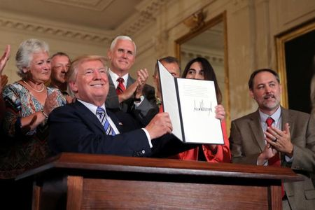 Tong thong My Trump gioi thieu san pham 'Made in America' - Anh 9