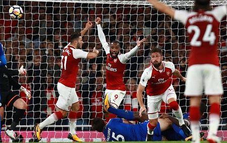 Cham diem Arsenal: 'Dau vang' Giroud cuu vot hang thu tham hoa - Anh 3