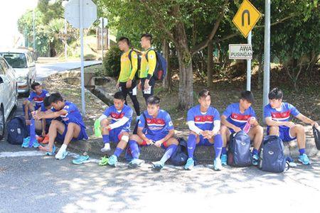 U.22 Viet Nam lai bi hanh, HLV Huu Thang uc che voi chu nha SEA Games 29 - Anh 3