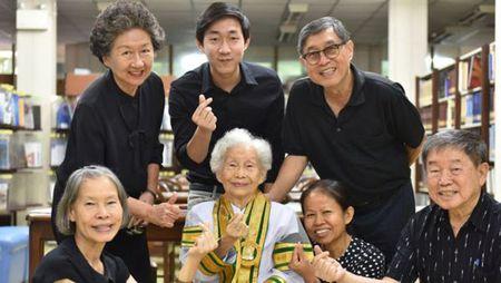 Cu ba nguoi Thai 91 tuoi tot nghiep DH, nhan bang tu chinh tay Quoc vuong - Anh 3