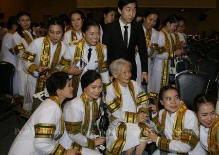 Cu ba nguoi Thai 91 tuoi tot nghiep DH, nhan bang tu chinh tay Quoc vuong - Anh 5