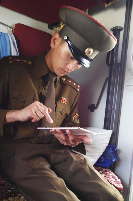 Bat chap ca the gioi tranh cai, ben trong Trieu Tien van that yen binh - Anh 11