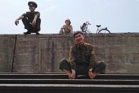 Bat chap ca the gioi tranh cai, ben trong Trieu Tien van that yen binh - Anh 2