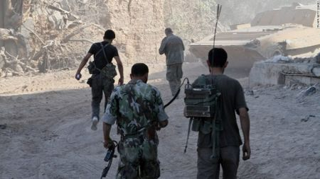 Syria: Khoc liet cuoc chien gianh giat ngoai vi Damascus (video) - Anh 1