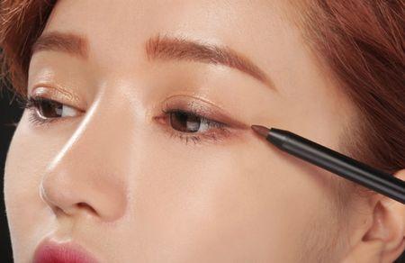 6 cach ke eyeliner nang nao cung nen thuoc nam long - Anh 1