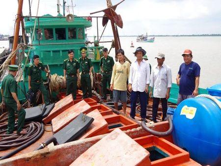 Ba Ria - Vung Tau: Bat giu hon 56.000 lit dau khong ro nguon goc - Anh 1
