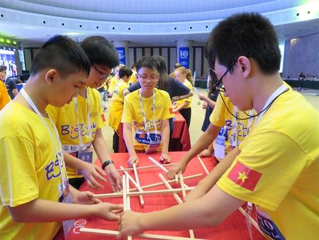 Cuoc thi Olympiad Toan hoc the gioi 2017: Hoc sinh Viet Nam doat 2 huy chuong Bac, 7 huy chuong Dong - Anh 1
