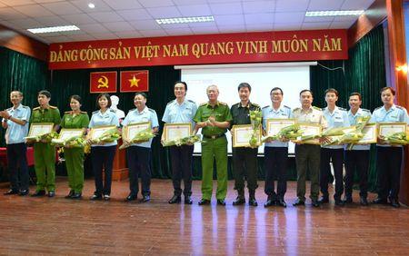 Tong cuc Canh sat tang Bang khen cho Chi cuc Hai quan san bay Tan Son Nhat - Anh 2