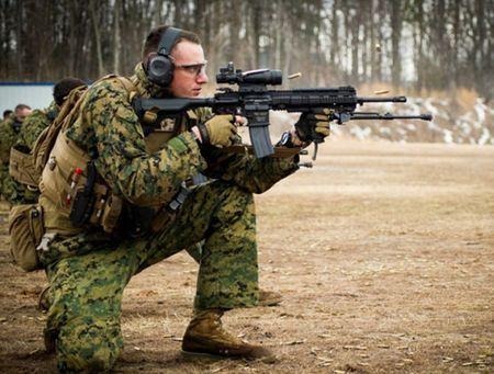 My quyet chon sung truong tan cong M-27 Duc de doi trong voi AK-12 Nga - Anh 9