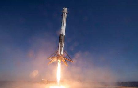 SpaceX gui kem va giay ve sinh cho cac phi hanh gia tren tram ISS - Anh 1