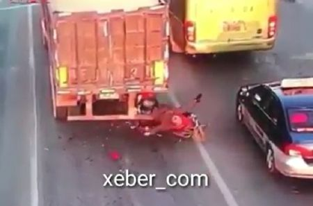 Clip: Kinh hoang canh nam thanh nien huc vao duoi xe container tu vong - Anh 1