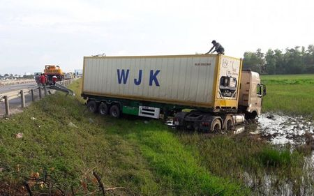 No lop, xe container huc bay 10m taluy roi lao xuong ruong - Anh 1