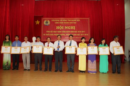 Cong doan GD - DT Khanh Hoa khen thuong 132 tap the, ca nhan - Anh 2