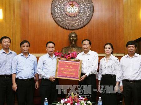 Thong tan xa Viet Nam trao tien ung ho dong bao cac tinh mien nui phia Bac - Anh 1